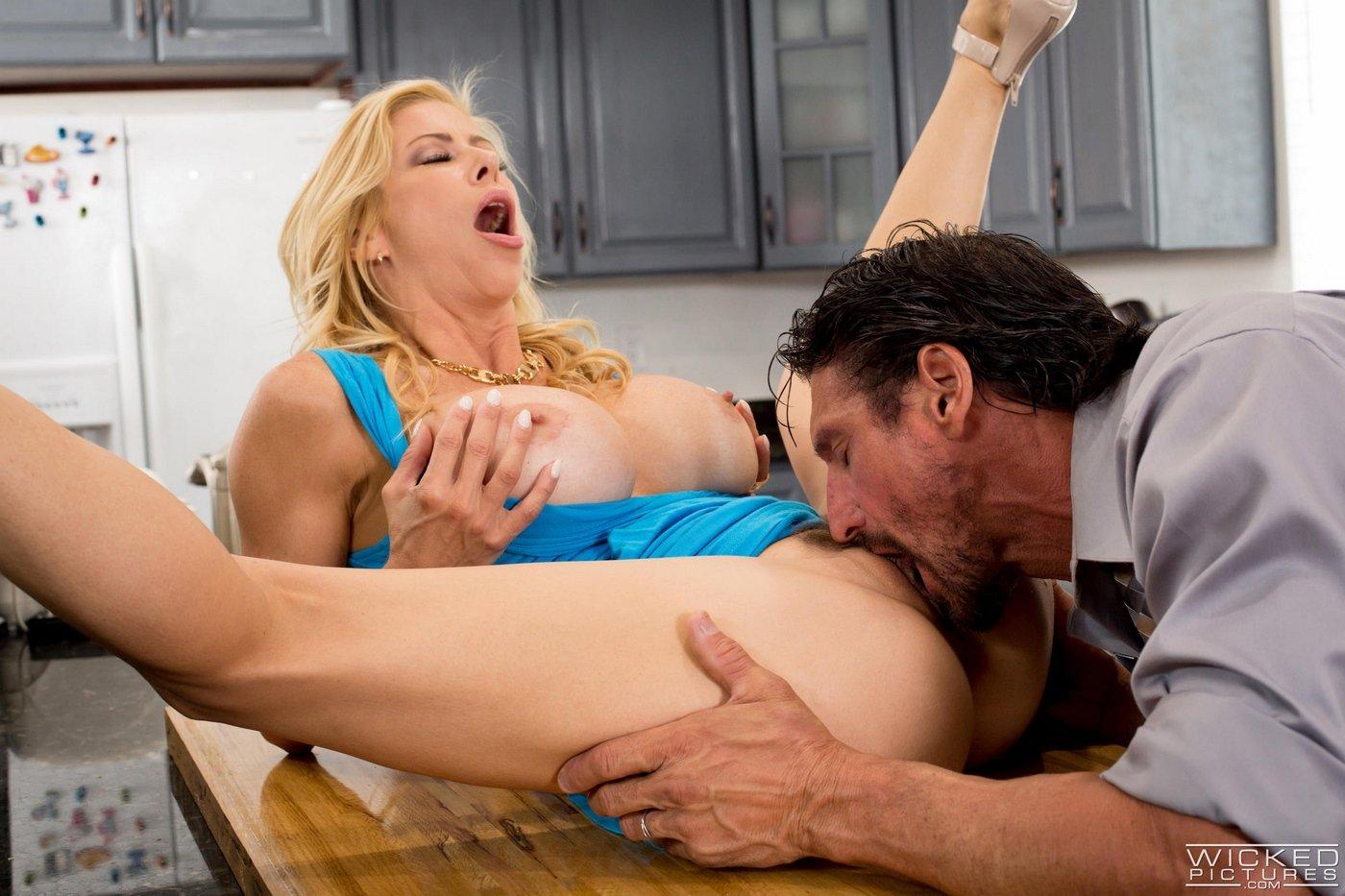 Сисястая домработница порно, Домохозяйки порно видео, секс с уборщицей 18 фотография