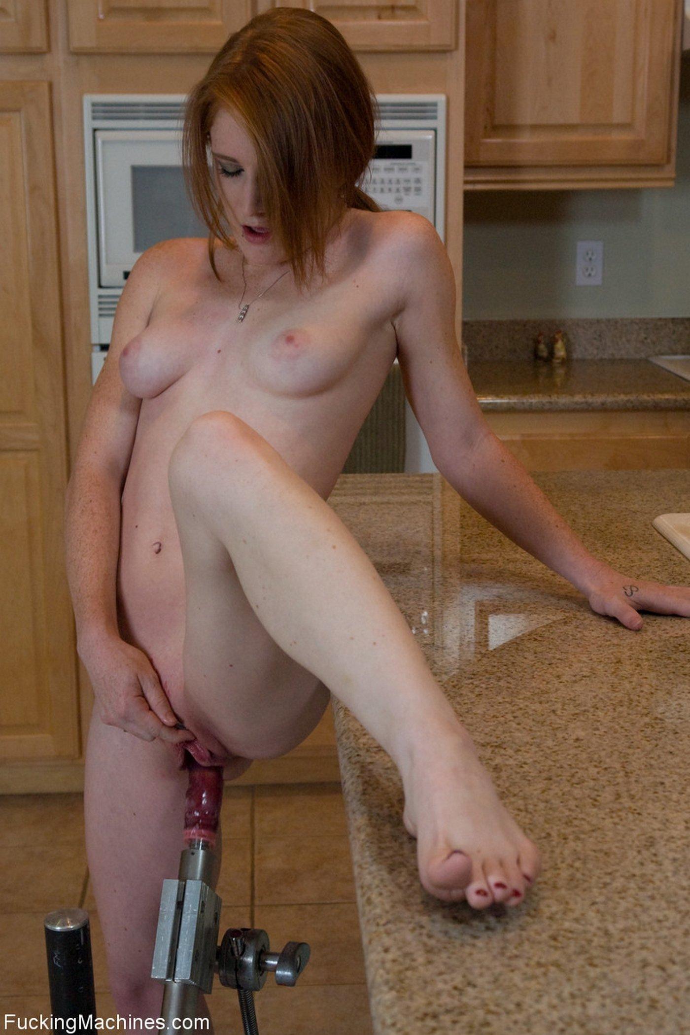 мастурбирует лобком на кухне