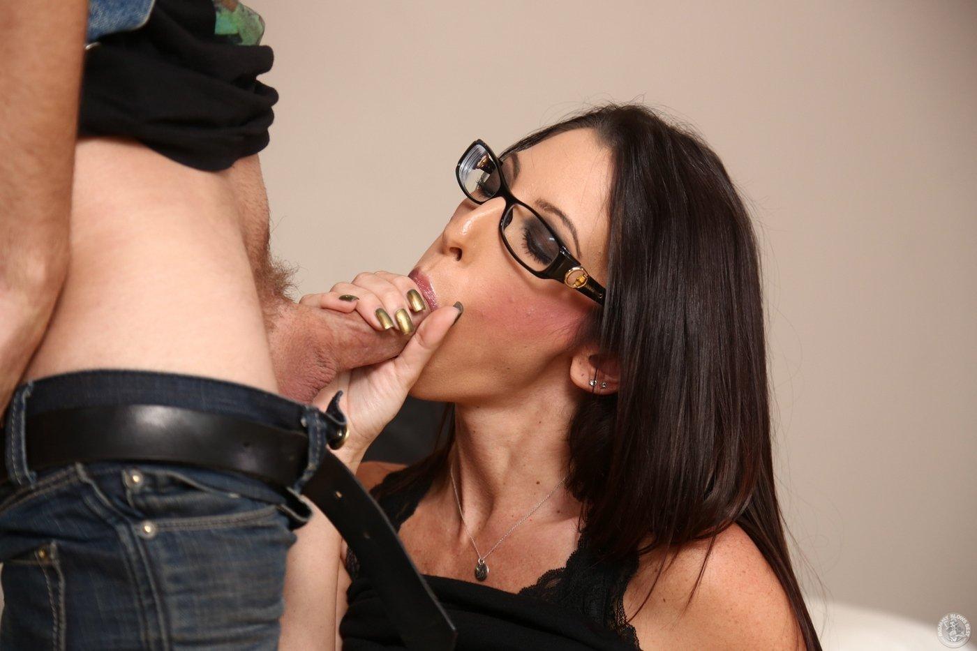 Нимфоманка Jay Taylor нацепила очки и отсосала пенис порно фото бесплатно