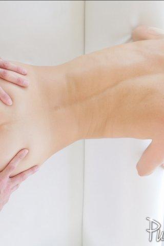 Фото девушка сует палец в попку