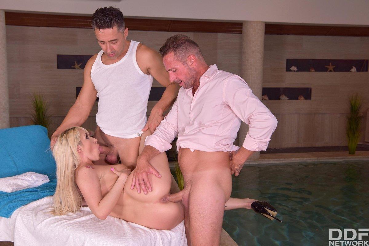 Муж привел жену к массажисту порно
