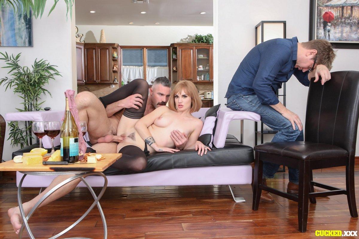 Муж наблюдает и снимает порно